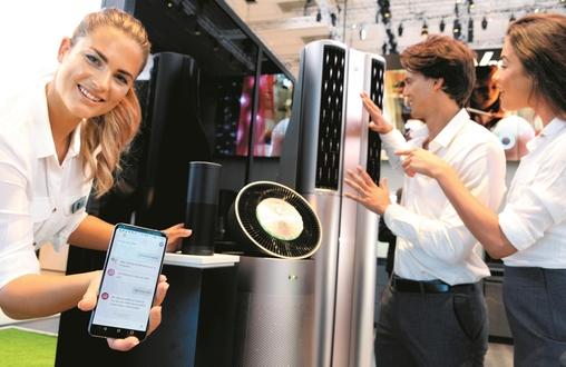 LG전자 모델이 스마트폰, 에어컨 공기청정기 등 인공지능 기술이 적용된 제품을 소개하고 있다. / LG전자 제공