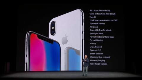 필 쉴러 애플 부사장이 12일(현지시간) 미국 스티브 잡스 극장에서 열린 애플 신제품 공개 행사에서 아이폰X을 소개하고 있다. / 애플 스트리밍 캡쳐