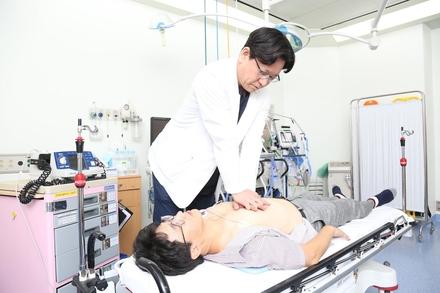 오제혁 응급의학과 교수가 심폐소생술을 하고 있는 모습 / 중앙대병원 제공