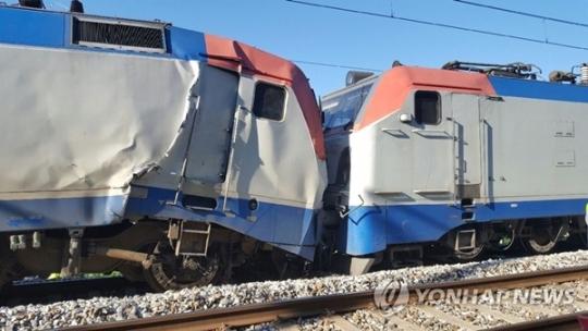 13일 오전 경의중앙선에서 시운전하던 기관차끼리 추돌해 1명이 사망하고 6명이 다치는 사고가 발생했다. / 연합뉴스