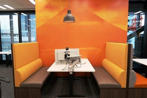 사무실 내 레스토랑형 4인용 테이블 /사진=요미우리신문 홈페이지