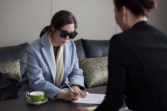 영화 속 여배우 문소리는 신용 대출을 받으러 은행에 갈 때도 사람들이 알아볼까 선글라스를 쓴다.