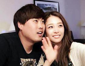 메이저리그 LA다저스 투수 류현진(왼쪽)이 아나운서 배지현과 함께 셀카를 찍는 모습. 두 사람은 이번 시즌 끝난 이후 결혼할 예정이다.