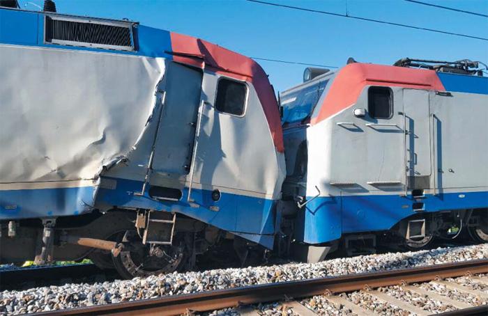 13일 오전 4시 30분쯤 양평읍 도곡리 능산터널 부근 선로에서 경의중앙선 기관차 두 대가 추돌한 모습. 이 사고로 뒤 기관차의 기관사가 숨졌다. 두 기관차는 최근 개량한 열차자동방호장치(ATP)를 시험하려고 운행 중이었는데, 뒤쪽에서 오던 기관차의 ATP가 작동하지 않아 멈춰 서 있던 앞 기관차를 들이받은 것으로 알려졌다.