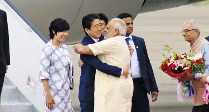 13일(현지 시각) 나렌드라 모디(가운데 오른쪽) 인도 총리가 아마다바드 공항에 도착한 아베 신조(가운데 왼쪽) 일본 총리를 껴안으며 환영하고 있다. 아베 총리는 모디 총리 고향에 초대받는 등 극진한 대접을 받았다.