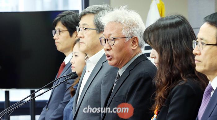 자유한국당 류석춘(오른쪽에서 셋째) 혁신위원장과 혁신위원들이 13일 서울 여의도 당사에서 친박계 탈당을 권유하는 3차 혁신안을 발표하고 있다.