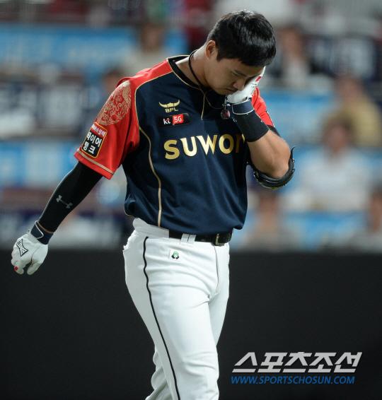 [포토] 김동욱, 유원상 투구에 헬멧에...