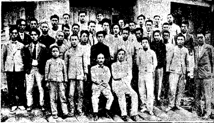 1929년 신간회 청진지회가 주최한 한글강좌에 참석한 사람들. 가운데 왼쪽 의자에 앉은 사람이 조선일보 지방부장으로 문자보급운동 총책임자였던 한글학자 장지영이다.