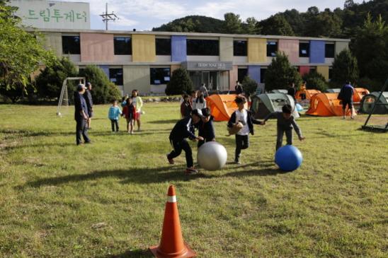 공 굴리기 놀이를 하는 아이들 /매일유업 제공