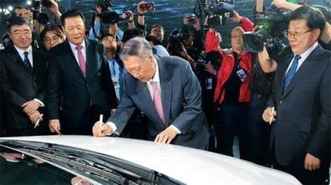 지난해 10월 중국 창저우공장의 첫번째 생산차량인 신형 베르나에 기념사인을 하는 정몽구 현대차그룹 회장/현대차 제공
