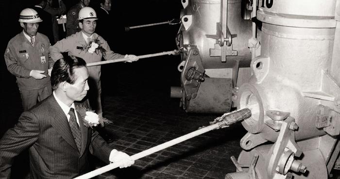 1976년 5월 31일 포항제철 제2 용광로 화입식서 박정희(앞쪽) 대통령과 박태준(뒤쪽 오른쪽) 사장이 불을 댕기고 있다. 빈손으로 출발한 포항제철은 '박정희 모델'을 상징하는 글로벌 기업으로 성장했다.