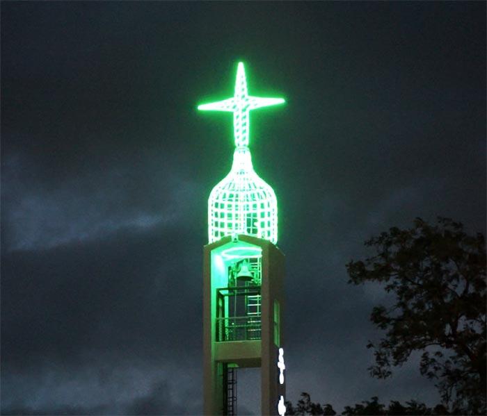 중앙성결교회가 최근 설치한'호롱불 십자가'.