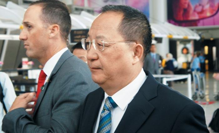 리용호 북한 외무상이 20일(현지 시각) 제72차 유엔 총회에 참석하기 위해 미국 뉴욕의 JFK 공항을 통해 입국하고 있다.