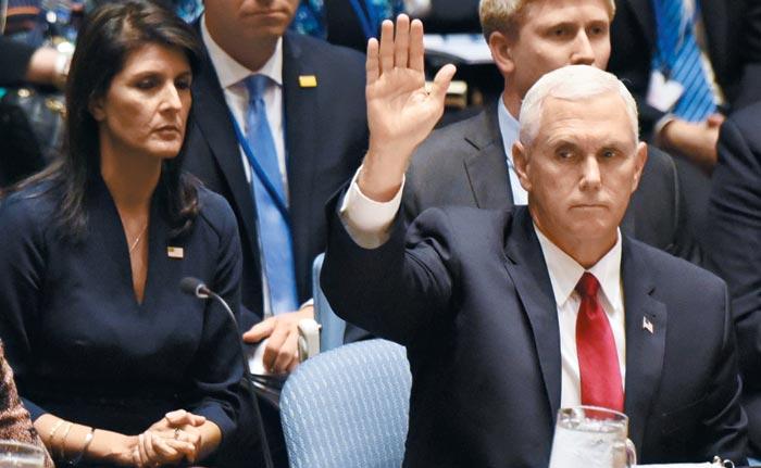 마이크 펜스(오른쪽) 미국 부통령이 20일(현지 시각) 유엔 안전보장이사회 고위급 회의에 참석하고 있다.