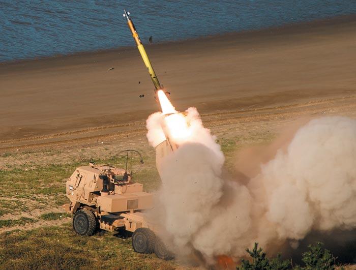 21일 한반도에 긴급 전개된 미 본토 주둔 제18야전포병여단이 충남 보령 일대에서 HIMARS(고속기동 포병로켓시스템)를 동원해 장거리 다연장로켓을 발사하고 있다.