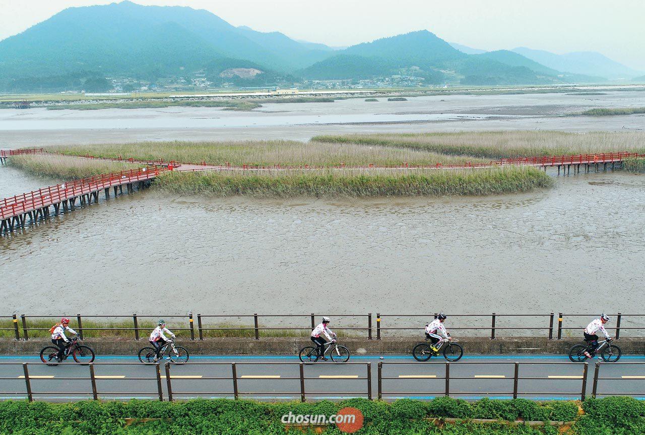 지난 19일 전남 강진군 강진읍 강진만생태공원의 자전거도로를 달리는 동호회원들.