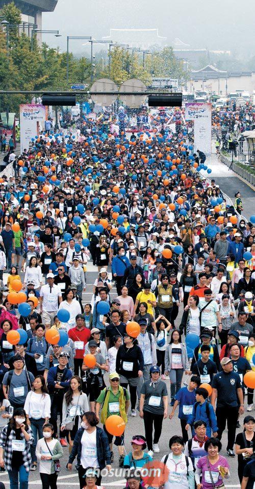 국내 최대의 도심 걷기·자전거 축제인 제5회'서울 걷·자 페스티벌'에 참가한 시민들이 24일 오전 풍선을 들거나 가방에 매고 광화문광장을 빠져나가고 있다.
