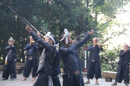 구이저우의 살아있는 빙마용으로 불리는 바샤 묘족들이 장총을 쏘는 시연을 하고 있다. /총장현(구이저우)=오광진 특파원