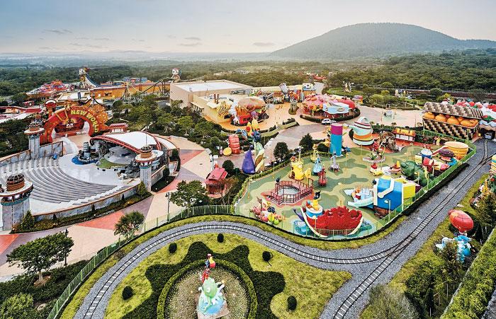 아시아 최대 규모의 복합리조트인 제주신화월드의 테마파크 놀이시설이 30일 개장식을 열고 영업에 들어간다.