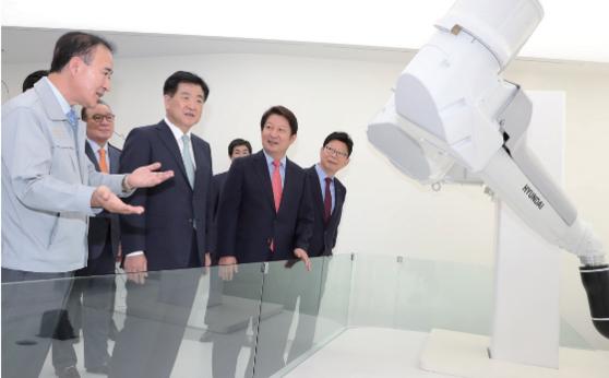 권영진(오른쪽 두 번째) 대구시장이 8월 31일 현대로보틱스 대구 본사 출범식에 참석해 설명을 듣고 있다./ 대구시