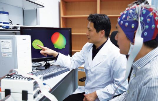 연구진이 대구경북첨단의료복합단지에서 의료 기기를 개발하고 있다./ 대구시