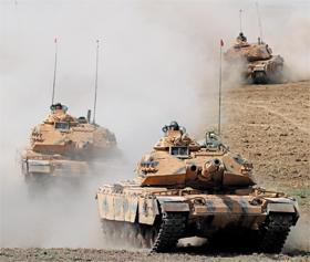 이라크 북부 쿠르디스탄과 접한 터키 국경 지대에서 26일(현지 시각) 터키군이 전차 훈련을 하고 있다. 전날 이라크 내 쿠르드족이 실시한 분리·독립 투표에서 찬성표가 93%를 기록했다. 쿠르드족은 이라크와 터키에 많이 거주하고 있다.