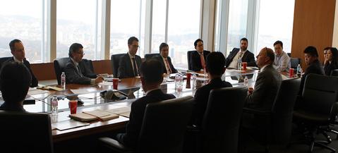 미래에셋 글로벌 ETF 관계자들이 서울 미래에셋센터원 빌딩에 모여 투자전략 회의를 하는 모습 / 미래에셋자산운용 제공