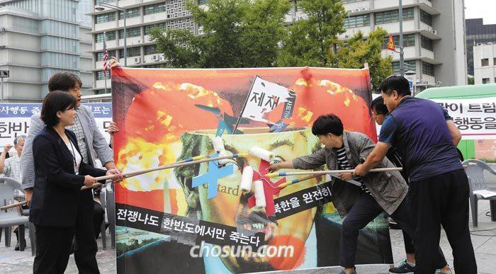 '전쟁반대 평화실현 국민행동' 소속 회원들이 27일 오전 서울 광화문광장 세종대왕상 앞에서 반전 퍼포먼스를 하고 있다.