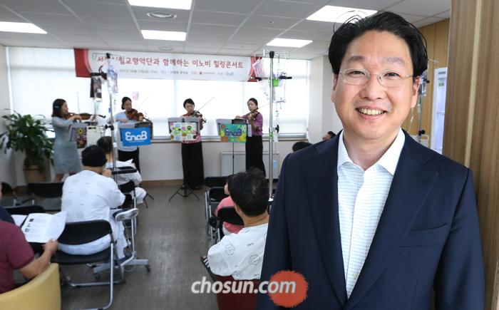 22일 서울 고려대병원 암 병동 라운지에서 '이노비'가 공연을 열었다. 이노비 대표 강태욱(맨 오른쪽)씨가 암 환자들과 함께 바이올린 연주를 듣고 있다.