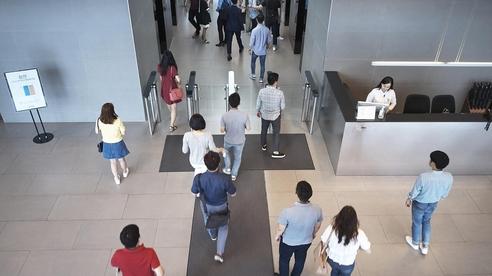 지난 8월 1일 출퇴근 시간을 자율적으로 조절할 수 있는 '출퇴근 플렉스 타임'제도를 도입한 현대카드와 현대캐피탈의 임직원들이 출근하는 모습. / 사진 = 연합뉴스