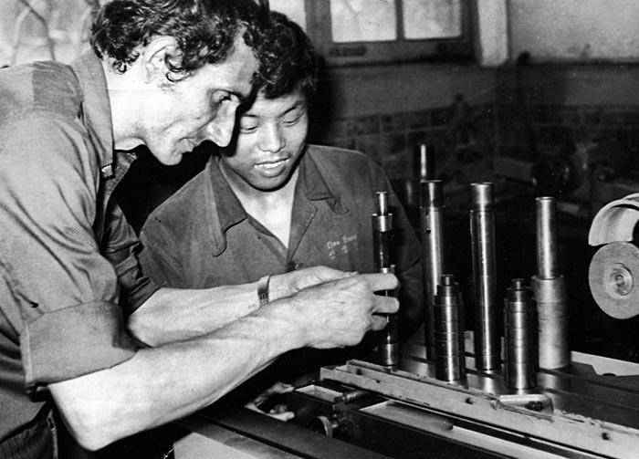 임충신 수사가 1972년 당시 학생들의 실습을 지도하는 모습.