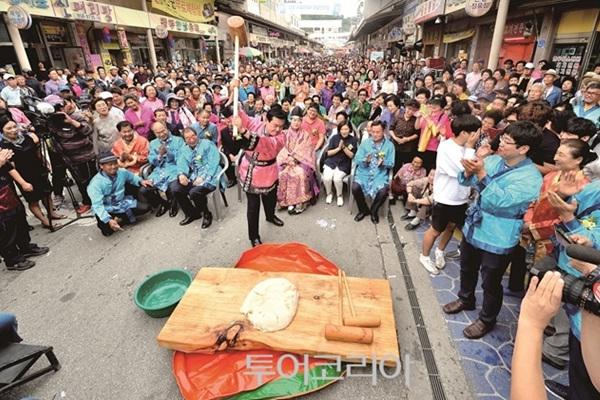 인절미 치기를 하며 즐겨워하는 축제 참가자들의 모습