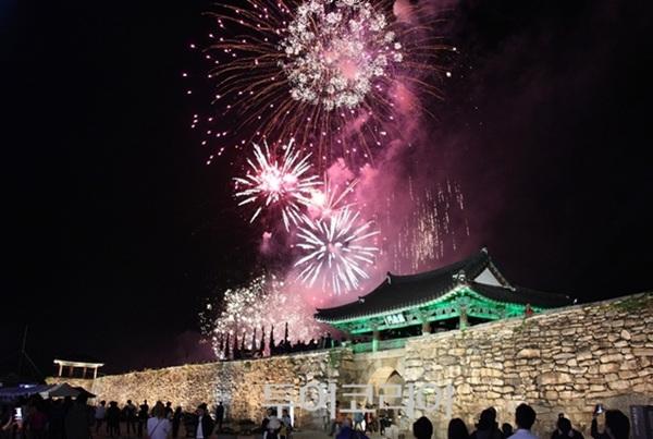 서산 가을 밤 낭만 더해주는 '해미읍성축제 불꽃놀이'