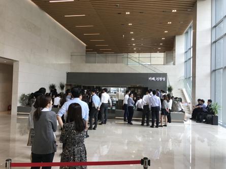 서울 여의도 SK증권 빌딩 1층에 있는 '카페, 진정성'을 방문한 주변 직장인들이 주문을 하기 위해 대기하고 있다. / 전준범 기자