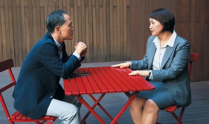 '여자의 미래' 출간한 신미남씨(오른쪽)