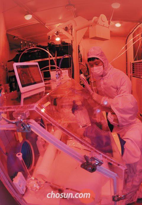 강원도 양양 양수발전소 지하 700m에 있는 실험실에서 기초과학연구원(IBS) 지하실험연구단 이현수 부단장(서 있는 사람)과 하창현 박사가 암흑물질 검출을 위한 실험을 하고 있다.