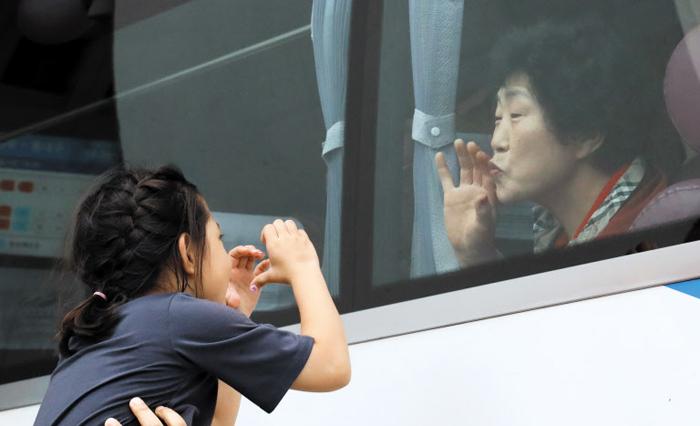 """""""할머니 사랑해요"""" """"다음에 또 보자꾸나"""" - 추석을 맞아 서울로 역귀성을 왔다가 돌아가는 할머니는 창밖의 손녀에게 입맞춤을 보내며 재회를 기약했다. 아빠 손에 들어올려진 아이는 버스를 타고 떠나는 할머니에게 두 손으로 하트를 만들어 보였다. 6일 오후 서울 서초구 강남고속버스터미널에서 펼쳐진 '사랑의 작별' 풍경이었다."""