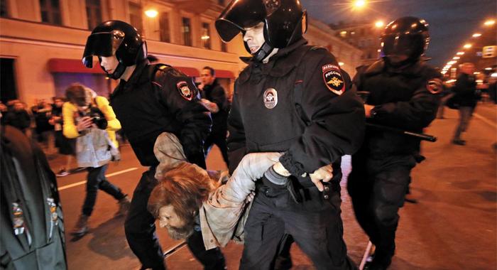 체포되는 反푸틴 시위 참가자 - 블라디미르 푸틴 러시아 대통령의 65번째 생일인 7일(현지 시각) 그의 고향 상트페테르부르크에서 열린 '반(反)푸틴' 시위 도중 현지 경찰들이 한 참가자를 연행하고 있다. 이날 러시아 80여 도시에서 동시다발로 열린 '반푸틴' 시위에서 모두 260여 명이 경찰에 체포됐다.