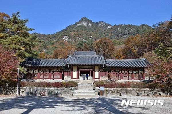 6일 강원 춘천시 북산면 오봉산에 위치한 청평사에 단풍이 붉게 들어 관광객들을 반기고 있다.