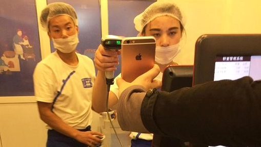 중국의 한 디저트 매장 직원이 결제를 위해 QR코드를 스캔하고 있다 / 블룸버그 제공.