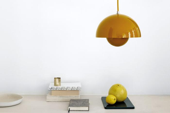 덴마크 디자이너 베르너 팬톤이 디자인한 '앤트래디션(& tradition)'의 노란색 펜던트 조명.