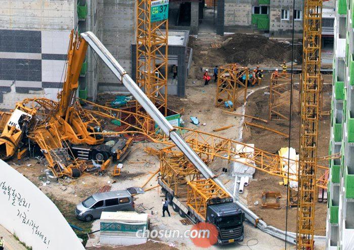 10일 경기도 의정부시 낙양동 아파트 신축 공사장에서 근로자 3명의 목숨을 앗아간 타워크레인 잔해가 공사장에 널브러져 있다.