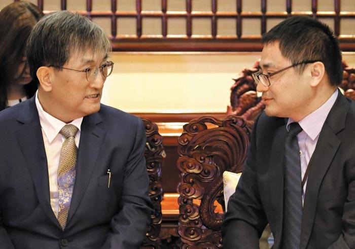 노영민(왼쪽) 신임 주중(駐中) 대사가 10일 베이징 서우두공항에서 마중나온 팡쿤 중국 외교부 참사관과 이야기를 나누고 있다.