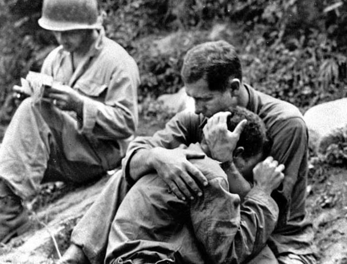 '과거의 실수' 되풀이하지 않으려면… - 제임스 매티스 미 국방장관이 9일 언급한 페렌바흐의 '이런 전쟁'은 6·25전쟁에 참전한 경험을 바탕으로 당시 미군이 준비되지 않은 전쟁을 수행했다고 기록했다. 사진은 종군 사진기자 앨 창(1922~2007)이 1950년 8월 6·25 전장(戰場)에서 찍은 것으로 전우를 잃은 미군 병사 둘이 슬퍼하는 동안 다른 병사(왼쪽)가 전사자(戰死者) 기록을 작성하는 모습이다.