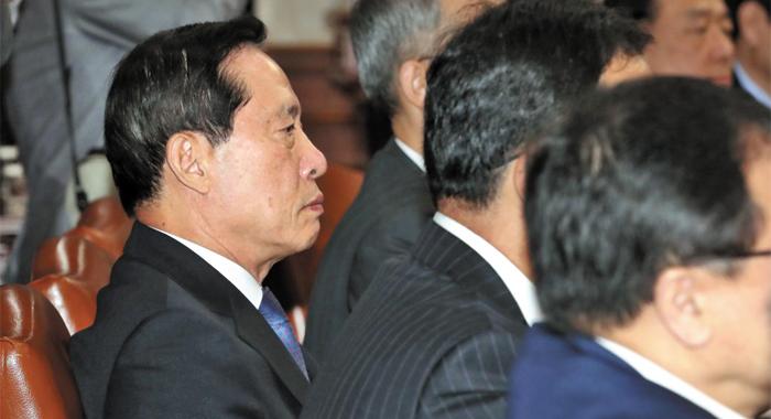 송영무(왼쪽) 국방부 장관이 10일 정부서울청사에서 열린 국무회의에 참석해 이낙연 총리의 발언을 듣고 있다.