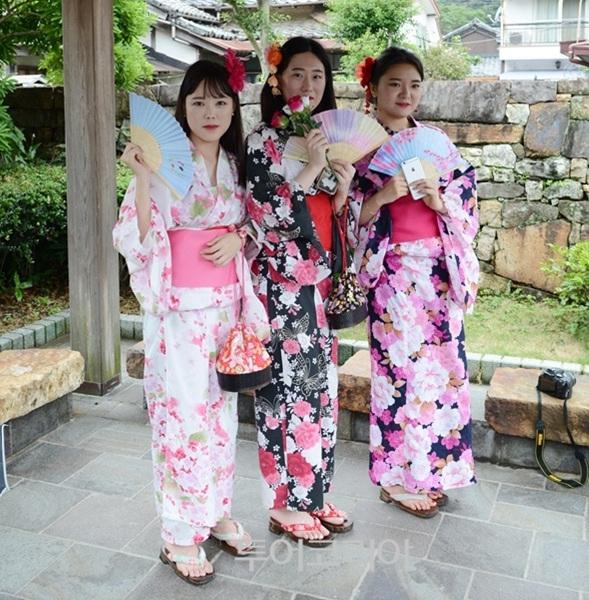 나카라이 기념관에서 기모노 체험하는 관광객들