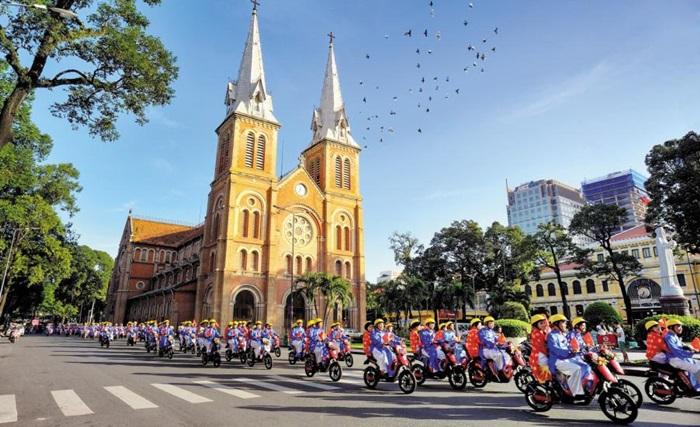 올해 경주세계문화엑스포는 한국 기업이 많이 진출해 있고 한류 열풍이 거센 베트남 호찌민에서 열린다. 사진은 호찌민 노트르담 성당 앞에서 합동 결혼식을 올린 부부들의 퍼레이드 모습.