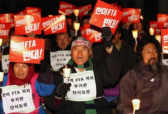 2007년 3월 서울에서 반FTA 촛불 시위를 진행중인 모습/ 블룸버그