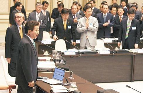 노무현 前 대통령이 2007년 '한·미 FTA와 한국 경제'워크숍 행사장에 입장하자 참석자들 일부가 박수를 치고 있다 /조선DB