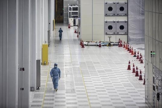 중국 최대 디스플레이 업체 BOE의 패널 공장 내부 전경./ 블룸버그 제공